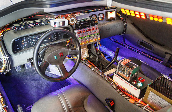 Das Cockpit des DeLoreans mit der Bedienung der Zeitmaschine