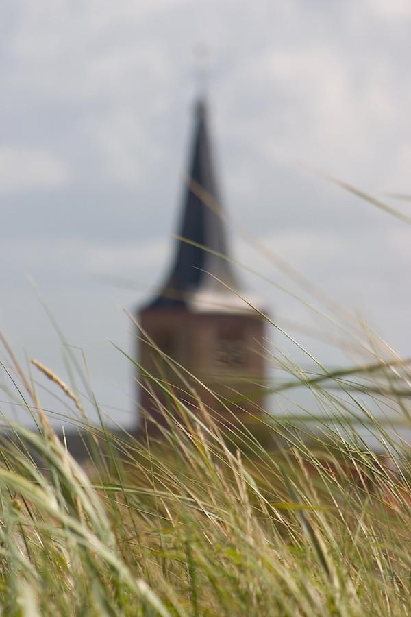 Kirche hinter den Dünen