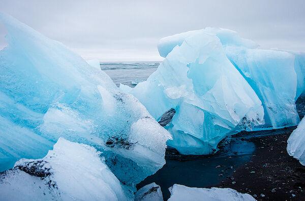 Die Reste eines Eisbergs am Diamond Beach