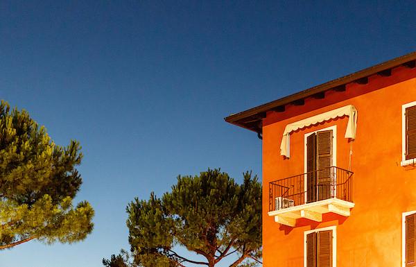 Torri del Benaco im Abend- und Scheinwerferlicht