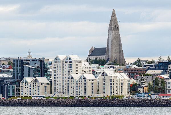 Der Blick vom Schiff auf die Skyline von Reykjavík