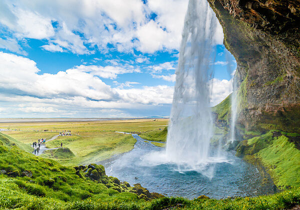 Der Wasserfall Seljalandsfoss von hinten