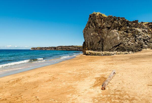 Hellgelber Sand am Skarðsvík Beach