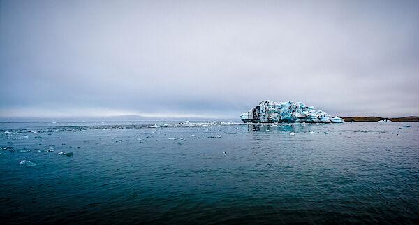 Ein großer Eisberg in der Gletscherlagune Jökulsárlón
