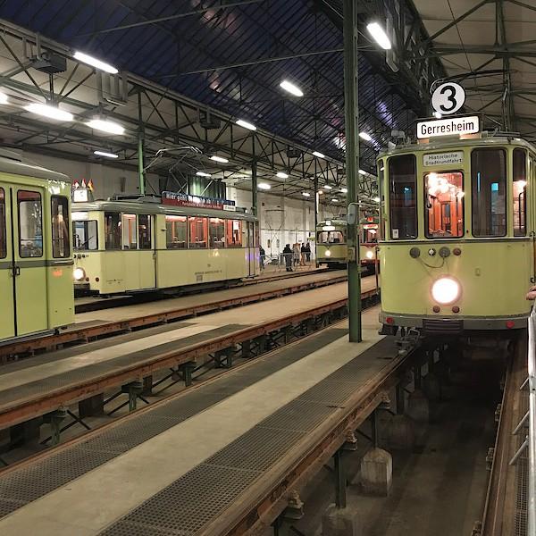 Straßenbahndepot mit historischen Straßenbahnen
