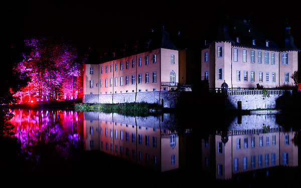 """Das Schloss eingetaucht in """"Reflexionen"""""""