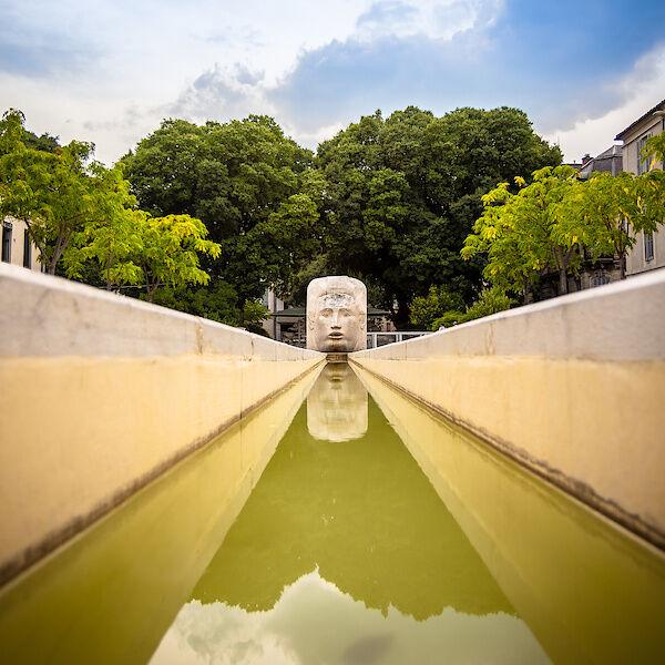 Ein Brunnen in Nîmes