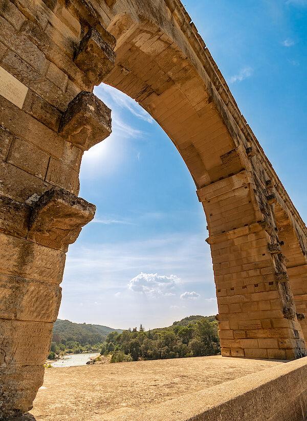 Ein Bogen des Pont du Gard