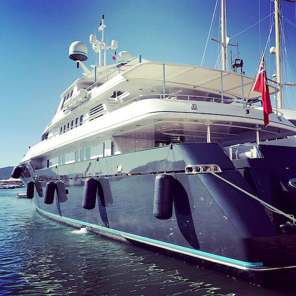 Eine Jacht im Hafen von Saint-Tropez