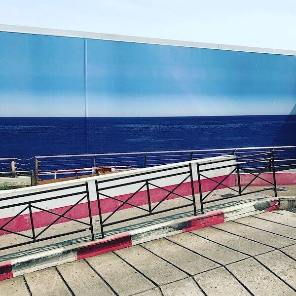 Blick auf das Meer, bzw. auf die Wand vor dem Meer, auf der das Meer gemalt wurde...