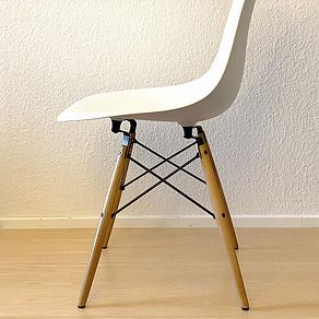 Unser Eames Plastic Chair mit den Abstandshaltern