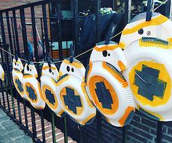 Eine Reihe mit fertigen BB-8