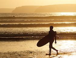 Surfer am Stand bei Kernavéno