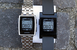 Pebble Steel und Pebble Classic mit Watchface im 1980er-Casio-Style