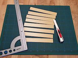 Mit dem Cuttermesser in Streifen geschnitten