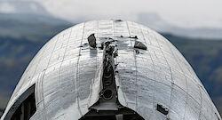 Blick über das Dach des Flugzeugwracks