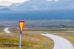 Eine typische Landstraße in Island