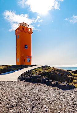Der orangefarbene Svörtuloft Leuchtturm