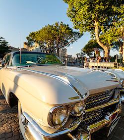 Cadillac vor dem Castello Scaligero in Sirmione