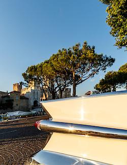 Heckflügel des Cadillac vor dem Castello Scaligero in Sirmione