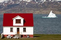 Haus am Fjord mit Eisberg