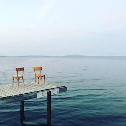Stühle im kleinen Fischerhafen von Marseillan