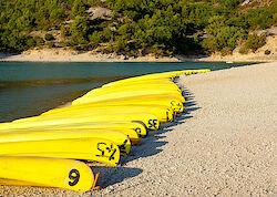 Paddelboote am Ufer des Lac de Sainte-Croix